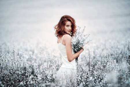 giovane e bella ragazza in campo
