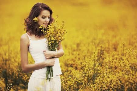 mooi meisje in het veld