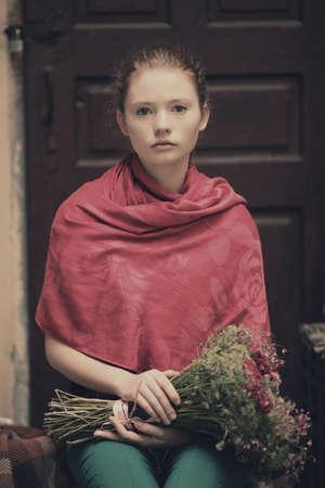 red haired girl: giovani bella ragazza dai capelli rossi ritratto urbano Archivio Fotografico