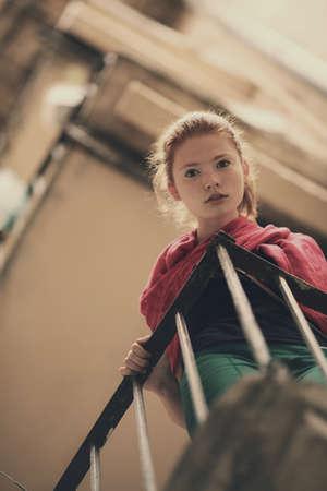 red haired girl: giovane e bella ragazza dai capelli rossi ritratto urbano Archivio Fotografico
