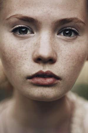 そばかすの美しいの赤い髪の少女の肖像画
