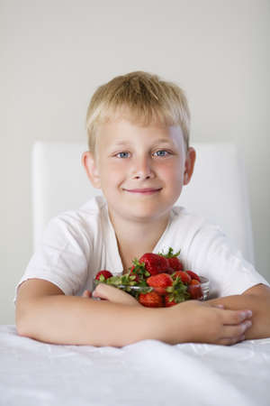 Peque�o muchacho divertido con fresas photo