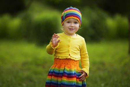 saluta: bambina divertente saluta mani in alto