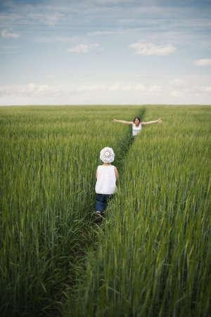Madre incontrare il suo bambino nel campo verde primavera