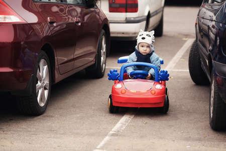 駐車場のかわいい男の子 写真素材