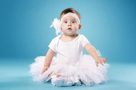 niños bailando: bailarina linda en fondo azul