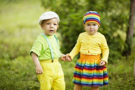 gar�on souriant: Gar�on avec une fille en plein amour de v�tements de couleur Banque d'images