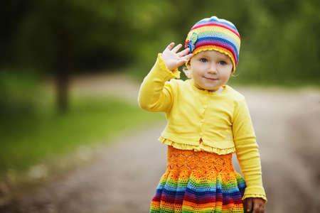 saluta: bambina divertente saluta mani Archivio Fotografico