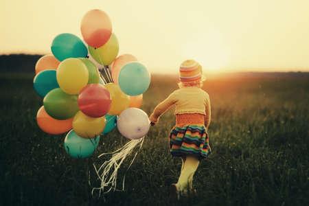 ni�os jugando en el parque: ni�a con globos de colores