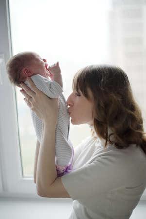 junge Mutter mit schreiendem Schätzchen