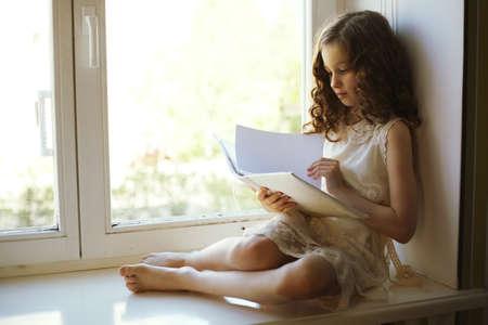 felicidade: menina lendo um livro