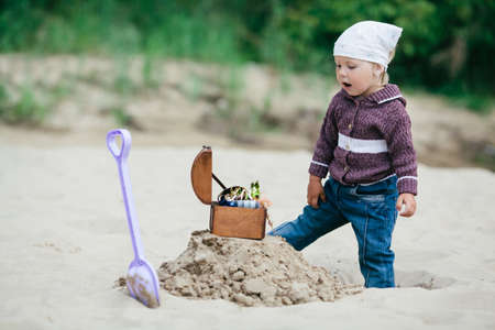 Kleine lustige Mädchen Jagd nach einem Schatz Foto