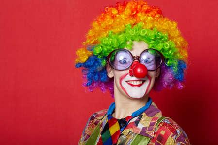 caras graciosas: payaso divertido con gafas en rojo apaisada Foto de archivo