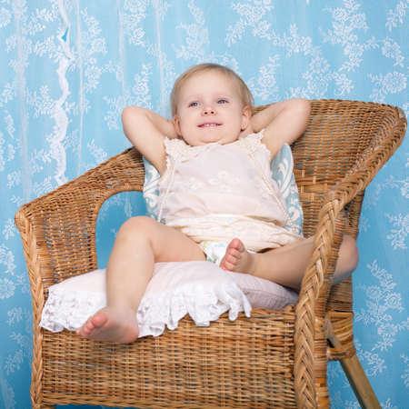 piheno: fotó lány pihen rattan szék Stock fotó
