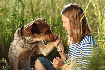 dogs playing: foto de la chica joven hermosa con el perro