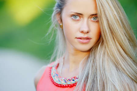 mooi blond meisje sensueel portret op locatie