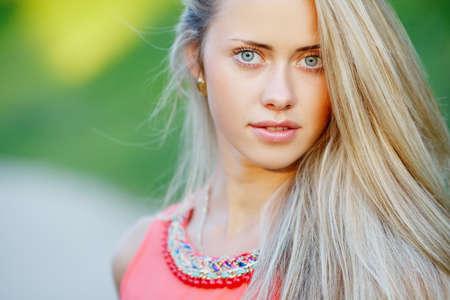hermoso retrato sensual chica rubia en la localización Foto de archivo