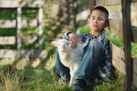 pasen schaap: kleine jongen met lam op de boerderij