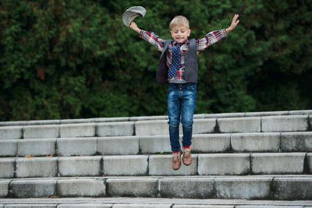 escalera: Retrato de niño saltando en las escaleras