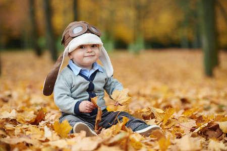 piloto: pequeño muchacho lindo en el casco de piloto de retrato Foto de archivo