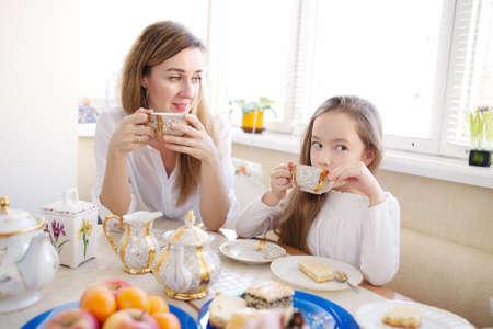 niños desayunando: familia feliz tiene el desayuno en la mañana