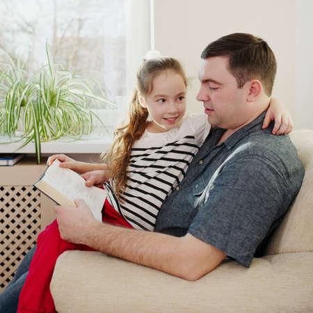 mignonne petite fille: photo de père avec sa fille à la maison Banque d'images