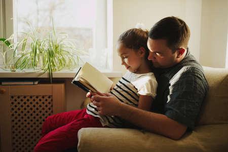 집에서 딸과 함께 아버지의 사진