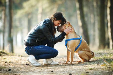 Jong meisje met hond in het park