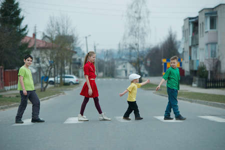 senda peatonal: foto de los niños que cruzan la calle en el paso de peatones
