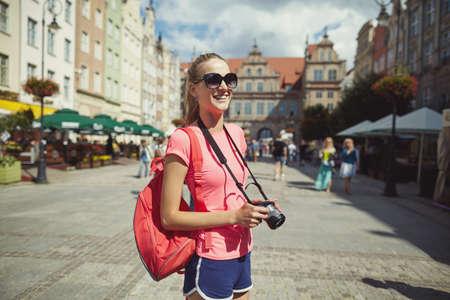旅遊: 在城市的肖像美麗的女孩旅遊