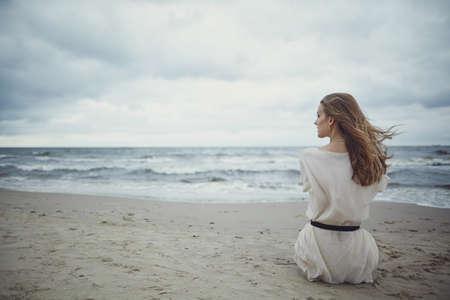 schöne allein sinnliche Mädchen am Strand Standard-Bild