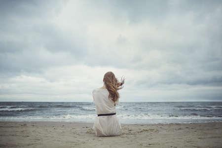해변에서 아름다운 혼자 관능적 인 소녀 스톡 콘텐츠