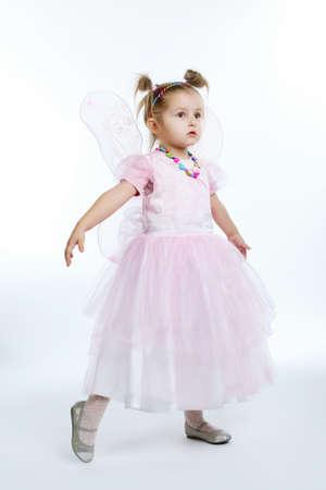petite fille avec robe: belle petite fille posant sur fond blanc