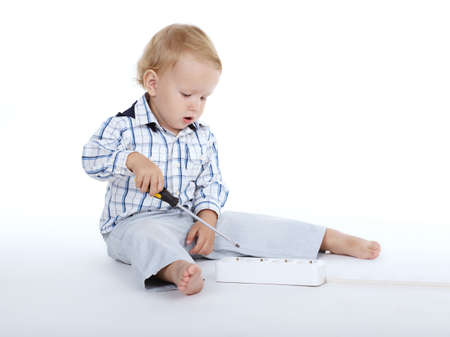 kleiner Junge spielt mit Plug-and-Schraubendreher