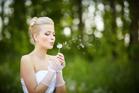 schöne junge blonde Braut im Sommer Park