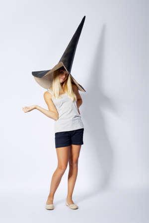 sombrero de mago: foto de la hermosa chica con el sombrero divertido asistente