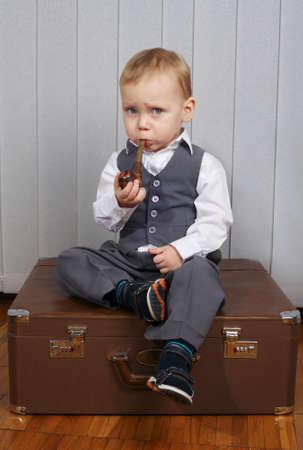 person smoking: foto de ni�o peque�o divertido con la pipa de fumar