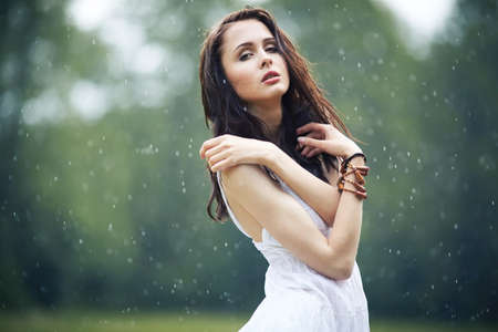 sotto la pioggia: beautiful girl under rain in summer forest