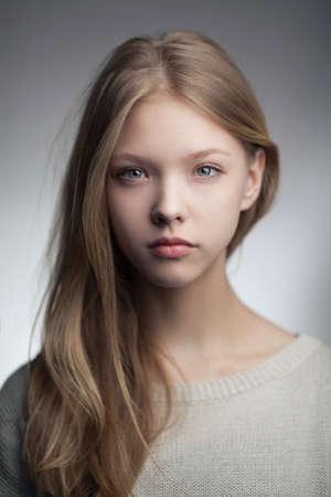 très belle blonde adolescente aux cheveux longs Banque d'images