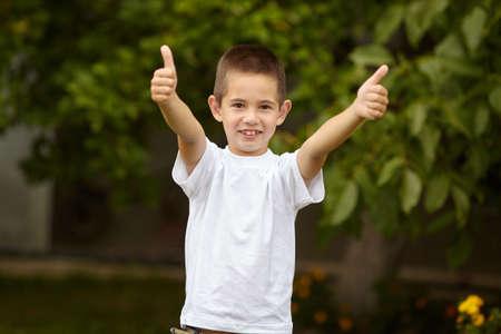 smiley pouce: petits pouces garçon donnant heureux jusqu'à l'extérieur