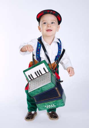 acordeon: foto de niño con un acordeón en blanco