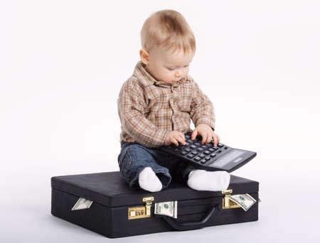 Junge Buchhalterin mit Koffer Geld Standard-Bild - 69840195