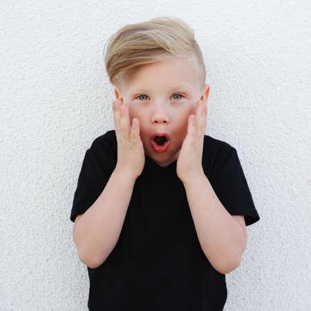 明るい背景上の感情的な少年 写真素材