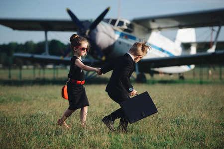 guardaespaldas: Joven, niña, niña, juego, espía Foto de archivo