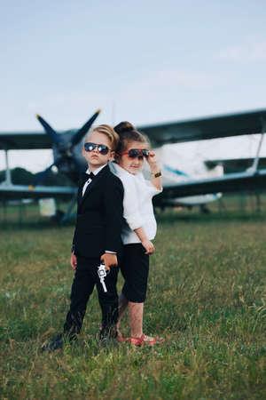 어린 소년과 소녀 스파이 재생