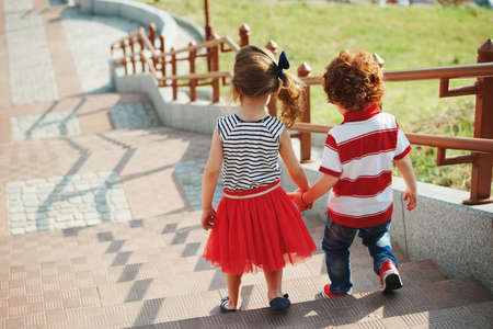 Petits enfants mignons sur l'escalier Banque d'images