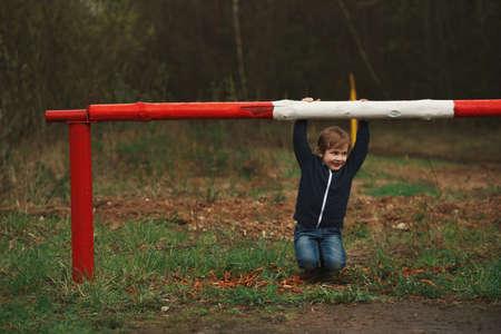 バリアと遊び心のある少年 写真素材