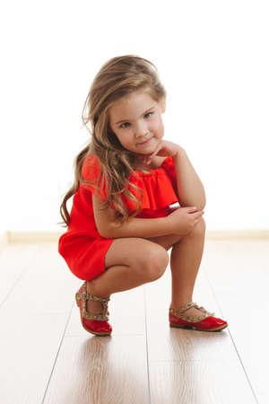 Jeune fille jolie aux cheveux longs Banque d'images - 80118389