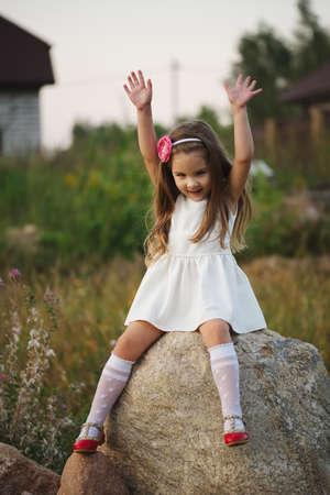 Kleines Mädchen auf dem großen Stein Standard-Bild - 80120383
