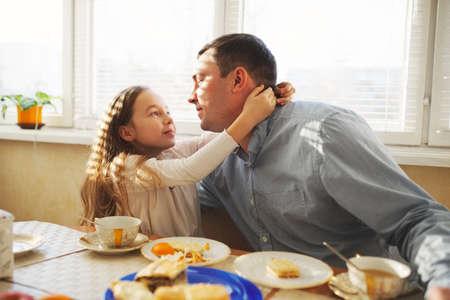 Familie frühstückt morgens Standard-Bild - 80120416